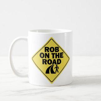 Rob en la taza de café zurda del camino