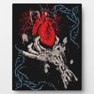 Robe su mano del corazón placa de plastico