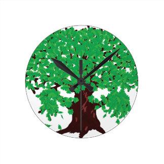 Roble con las hojas verdes reloj redondo mediano
