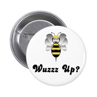Robobee manosea la abeja Wuzz encima del botón