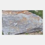 Roca aislada con los remiendos rojos que mienten e pegatinas