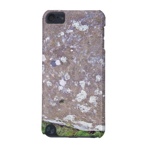 Roca cubierta de musgo en un paisaje herboso funda para iPod touch 5G