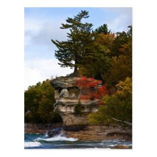 Roca de la capilla en otoño postal