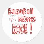¡Roca de las mamáes del béisbol! (rojo) Etiquetas Redondas