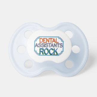 Roca de los ayudantes de dentista chupetes de bebe