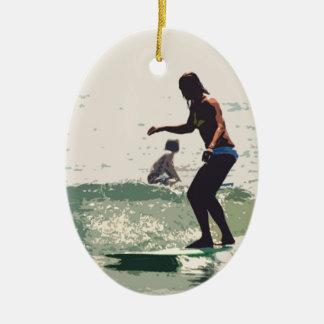Roca de los chicas de la persona que practica surf adorno navideño ovalado de cerámica