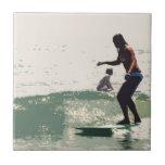 Roca de los chicas de la persona que practica surf azulejos