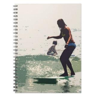 Roca de los chicas de la persona que practica surf libro de apuntes con espiral