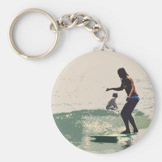Roca de los chicas de la persona que practica surf llavero personalizado