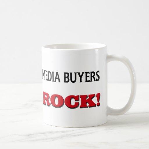 Roca de los compradores de los medios taza de café