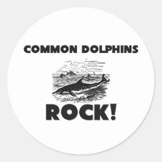 Roca de los delfínes comunes pegatina redonda