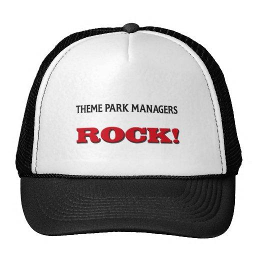 Roca de los encargados del parque temático gorros
