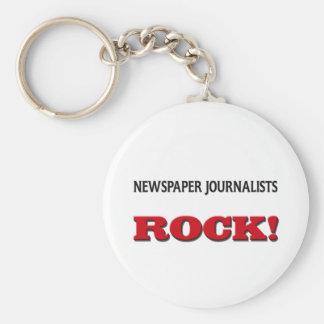 Roca de los periodistas del periódico llavero redondo tipo pin