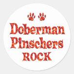 Roca de los Pinschers del Doberman Pegatina Redonda