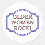 Roca de más viejas mujeres pegatina redonda
