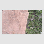 Roca de piedra roja aislada en paisaje verde rectangular pegatinas