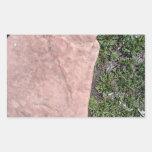 Roca de piedra roja aislada en paisaje verde pegatinas