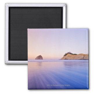 Roca del Haystack en las ondas azules borrosas ama Iman De Frigorífico