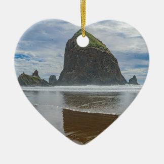 Roca del Haystack, playa del cañón, Oregon Adorno Navideño De Cerámica En Forma De Corazón