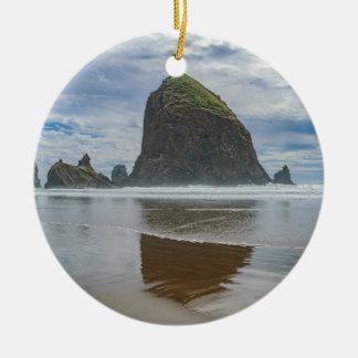 Roca del Haystack, playa del cañón, Oregon Adorno Navideño Redondo De Cerámica