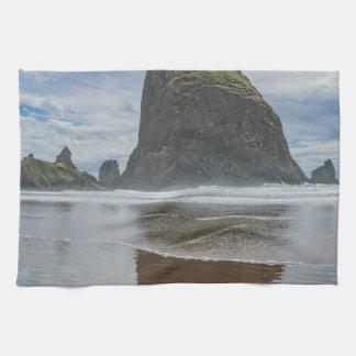 Roca del Haystack, playa del cañón, Oregon Toallas