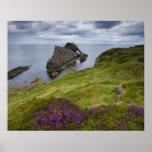 Roca del violín del arco, Portknockie, Escocia Póster