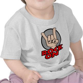 Roca en la camisa del bebé