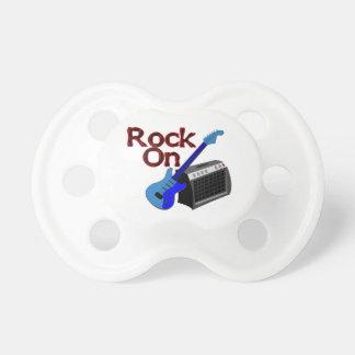 Roca en la guitarra y el amperio chupetes de bebé