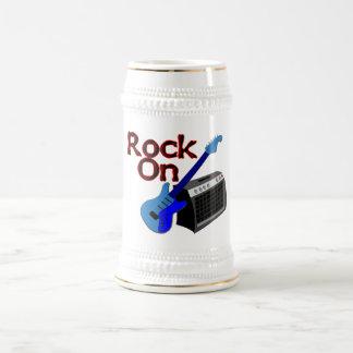 Roca en la guitarra y el amperio jarra de cerveza