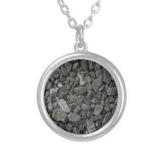 Roca gris del granito collar plateado