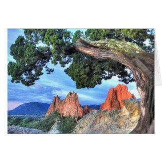 Roca gris enmarcada por el árbol tarjeta de felicitación