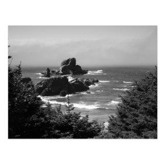 Roca monocromática del sello, postal de la costa d