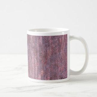 Roca roja afectada por el tiempo y el agua en un taza