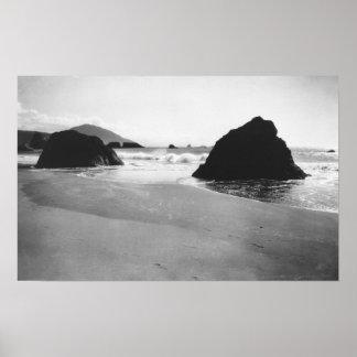 Rocas a lo largo de la playa en el puerto Orford,  Póster