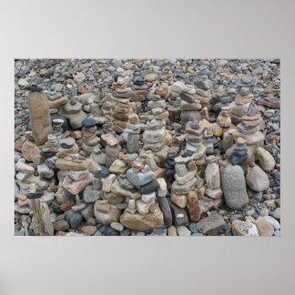 Rocas apiladas en la playa 2 póster