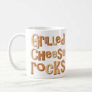 Rocas asadas a la parrilla del queso taza de café