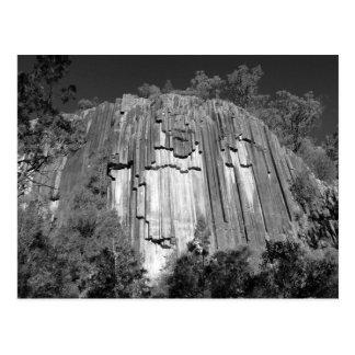 Rocas aserradas en negro y blanco tarjeta postal