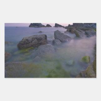 Rocas brumosas del filón del agua etiquetas