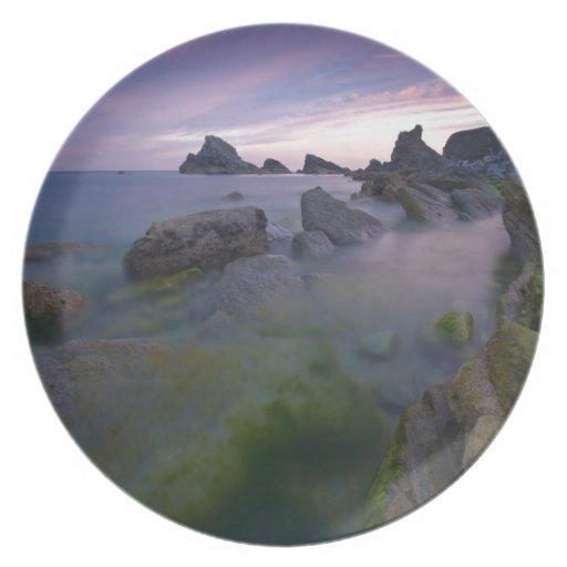 Rocas brumosas del filón del agua platos
