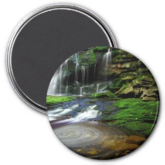 Rocas cubiertas de musgo de la piscina de las casc imán redondo 7 cm
