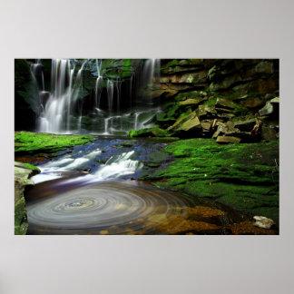 Rocas cubiertas de musgo de la piscina de las casc póster