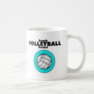 Rocas de la bola del voleo de la playa tazas de café