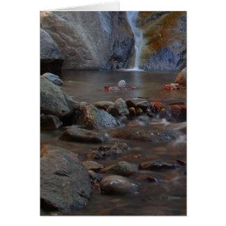 Rocas de las corrientes de las cascadas tarjeta