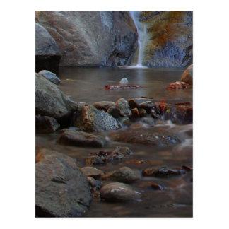 Rocas de las corrientes de las cascadas tarjetas postales