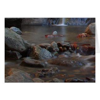 Rocas de las corrientes de las cascadas tarjetón