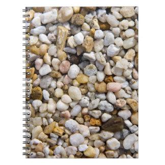 Rocas de los guijarros del río en Brown, gris y Cuaderno