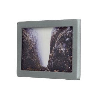 rocas del acantilado de la cubierta de la niebla hebilla cinturón rectangular
