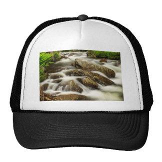 Rocas del agua de conexión en cascada y de la gorra