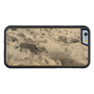 Rocas del basalto en campo de hierba del desierto funda de iPhone 6 bumper arce