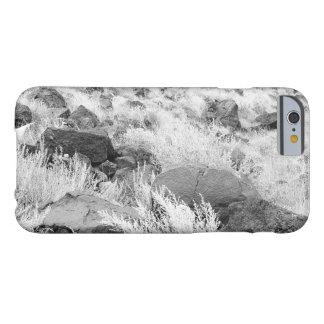 Rocas del basalto en campo de hierba del desierto funda para iPhone 6 barely there